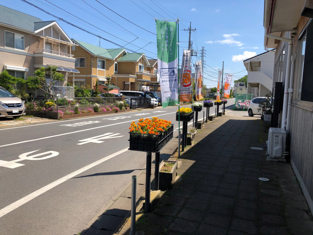 カラフルなビオラが並ぶ小川工務店のカシニワ