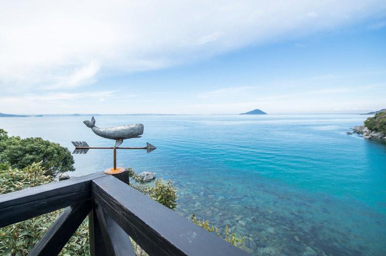 糸島の青い海とクジラの風見鶏