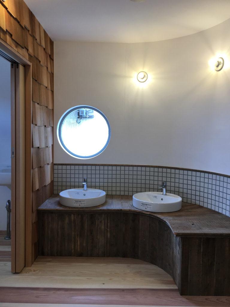 曲線で温かみのある手洗い場