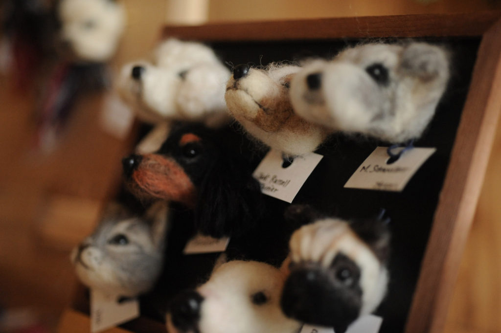 犬と猫のハンドメイドフェルト作品