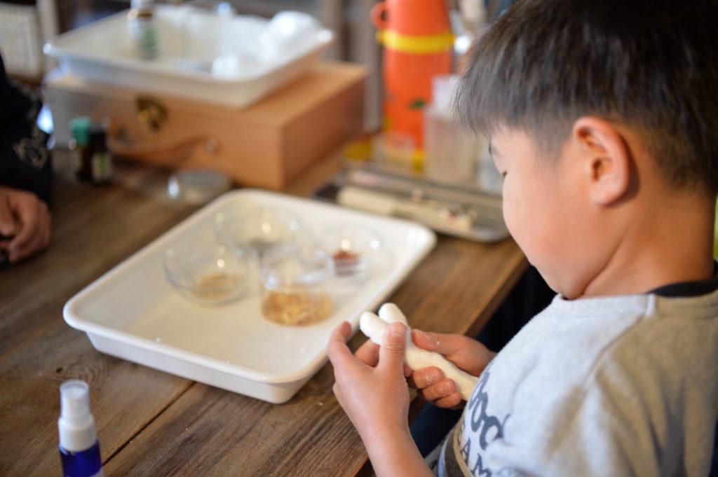 アロマ石鹸を作る子