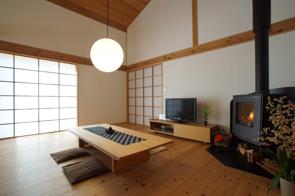 薪ストーブと襖の日本的なリビング
