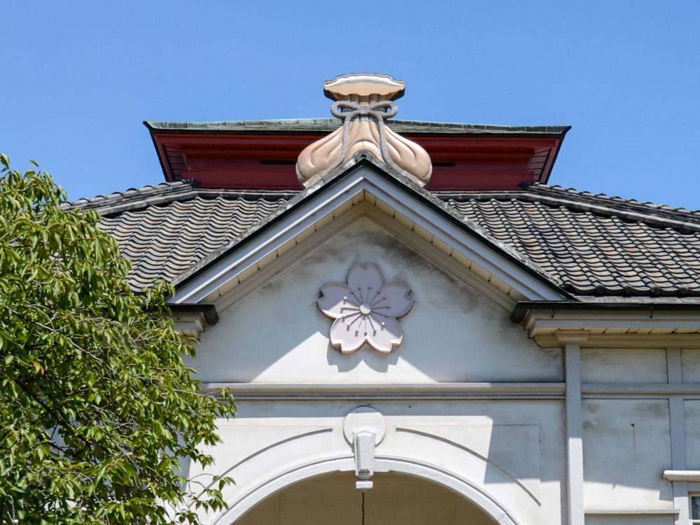 学校の屋根下に桜の紋章