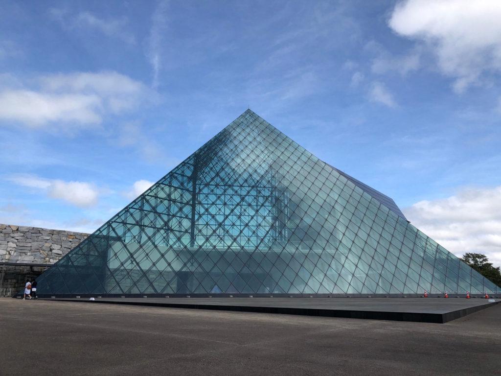 ガラスピラミッド