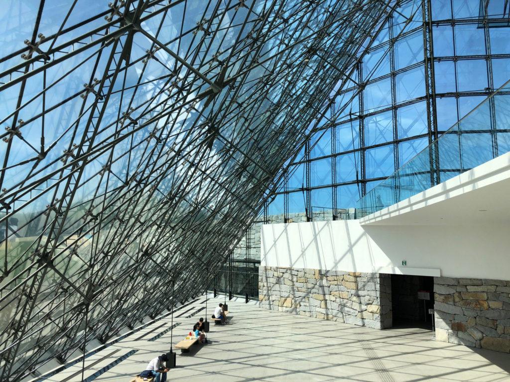 ガラスのピラミッド内の多目的ホール