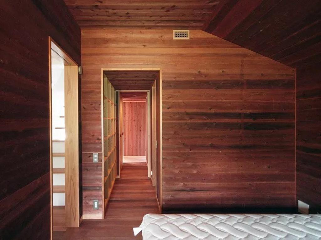 寝室に繋がるウォークインクローゼットと廊下
