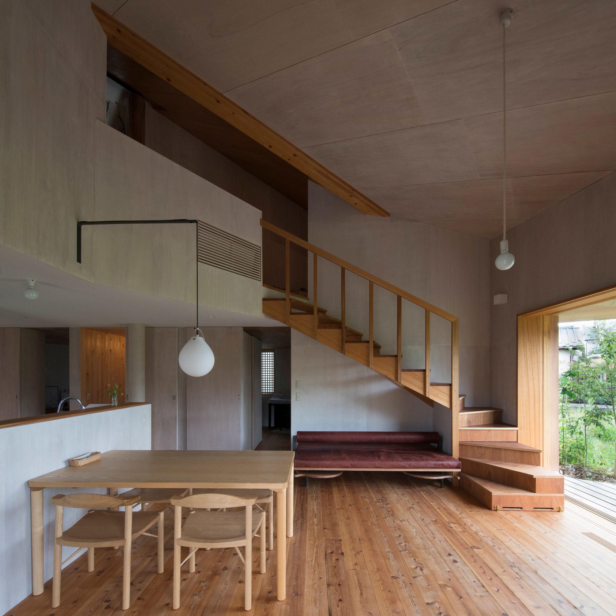 リビングと二階へ繋がる階段