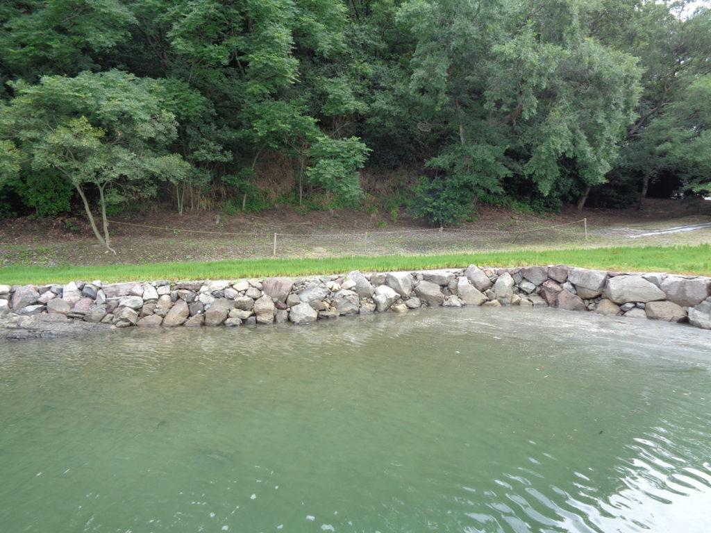 石積みで囲まれた池