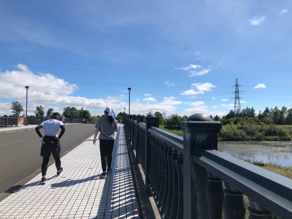 モエレ沼公園の橋をランニング
