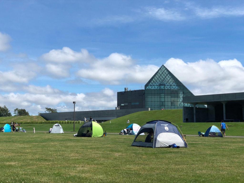 モエレ沼公園の広場でテント遊び