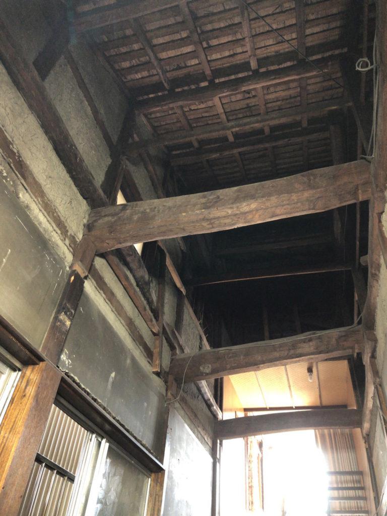 古民家の大きな梁