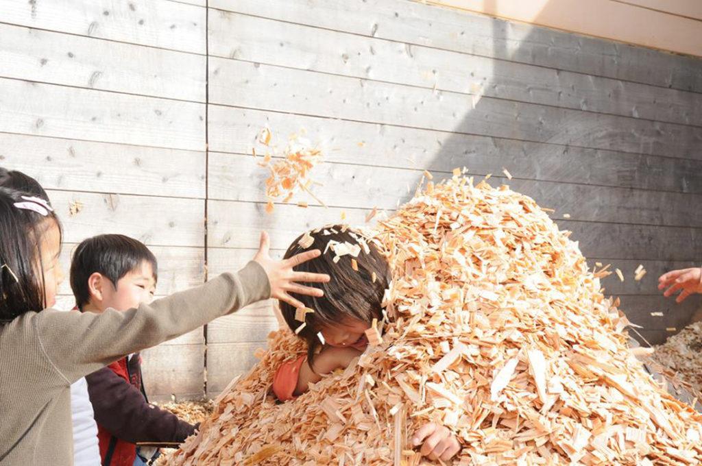木の端材で遊ぶ子供たち