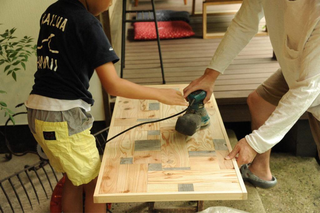 サンダーをかけてテーブル作り中