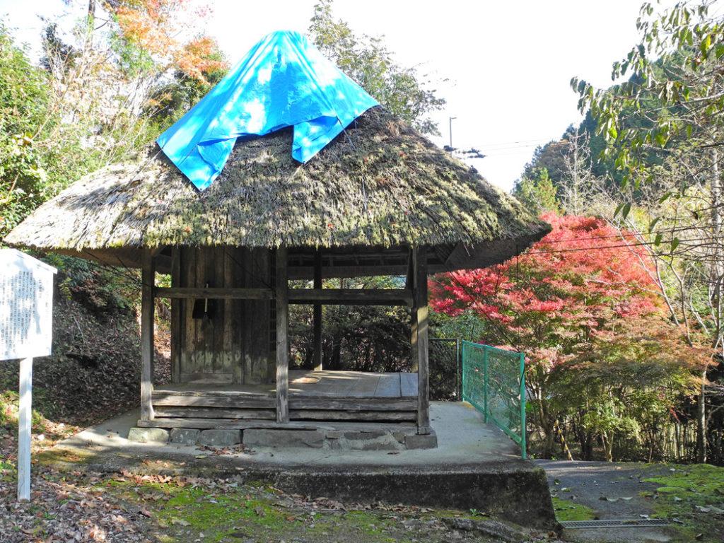 茅葺き屋根の茶堂