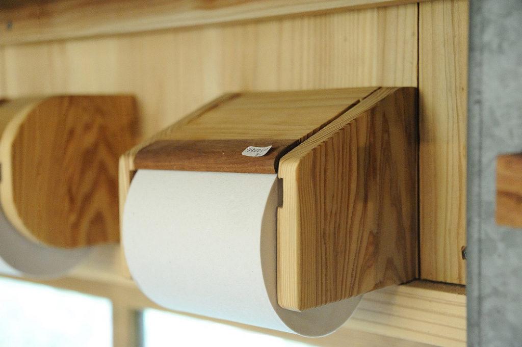 木のトイレットペーパーホルダー