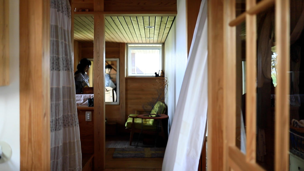 玄関のカーテンが揺れる