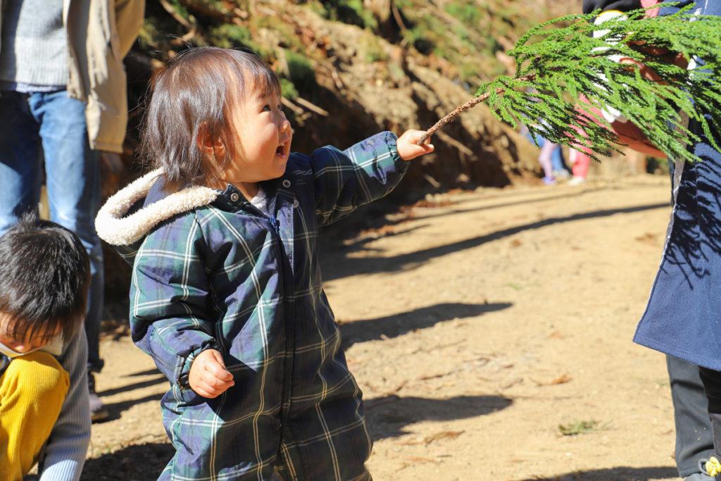 木の枝で遊ぶ子