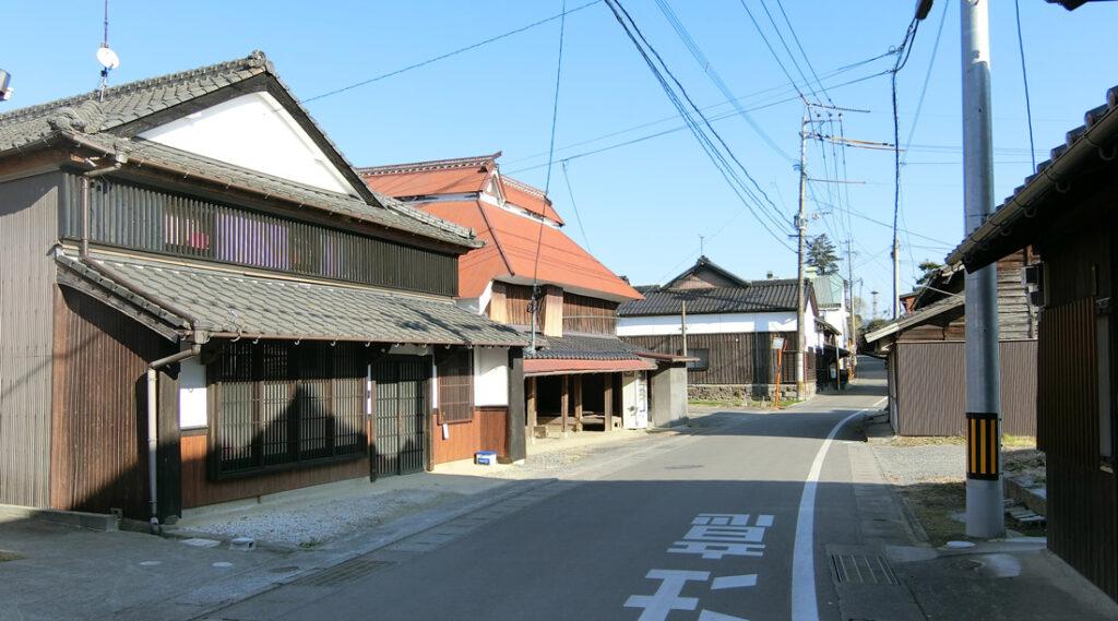 古い家が並ぶ比良松の町並み