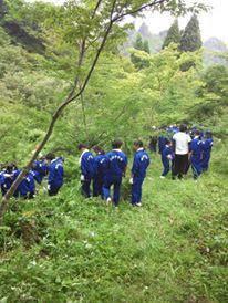 森に入る中学生たち