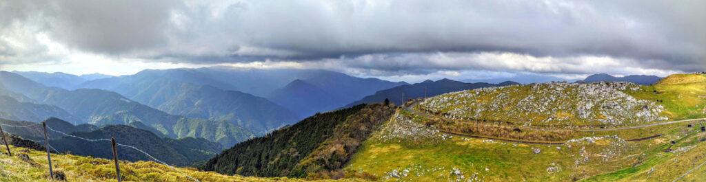 山一面の景色が広がる四国カルスト
