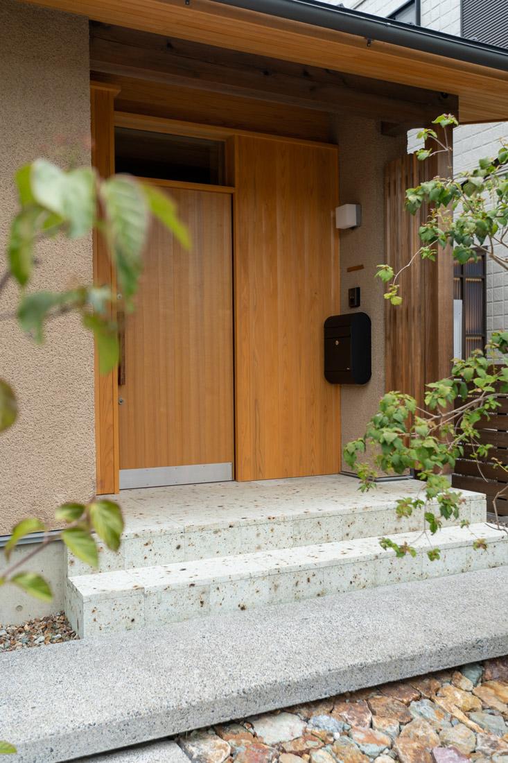 無垢木と天然石の玄関
