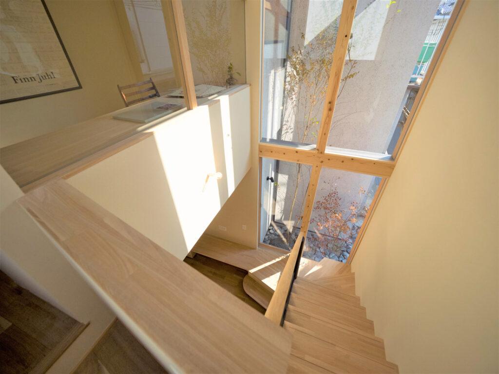 大きな窓がある明るい階段