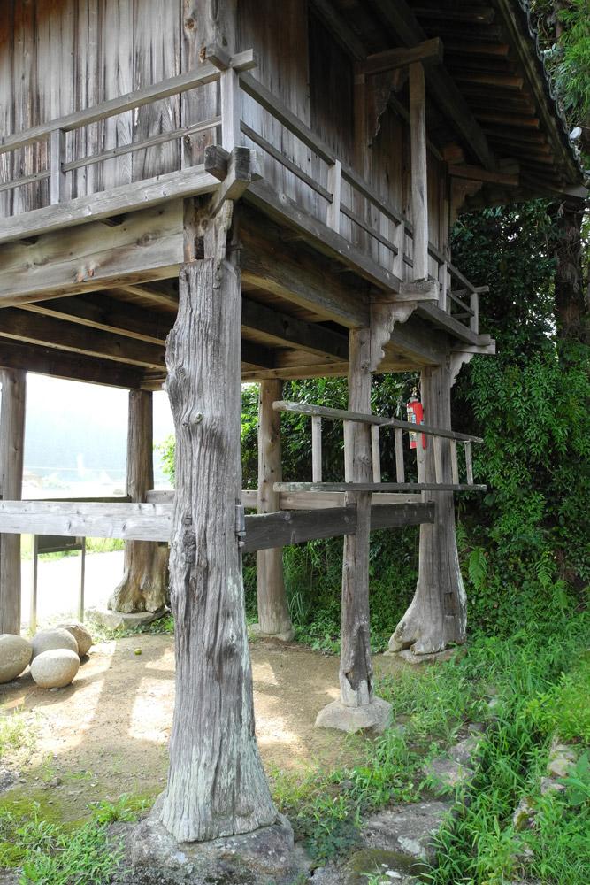 柱は天然木そのままな浜田の泊り屋