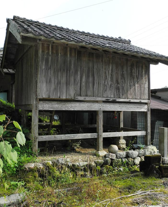 石垣の上に建つ靴抜の泊り屋