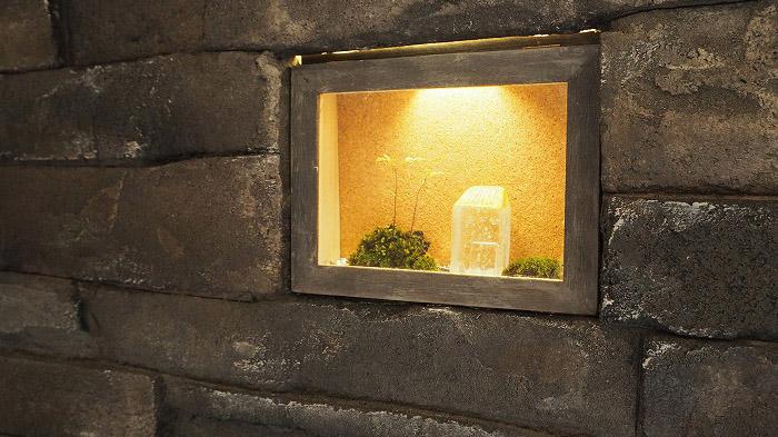 モルタル壁にニッチ棚