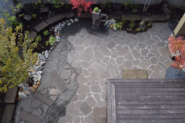 札幌軟石を敷いた庭