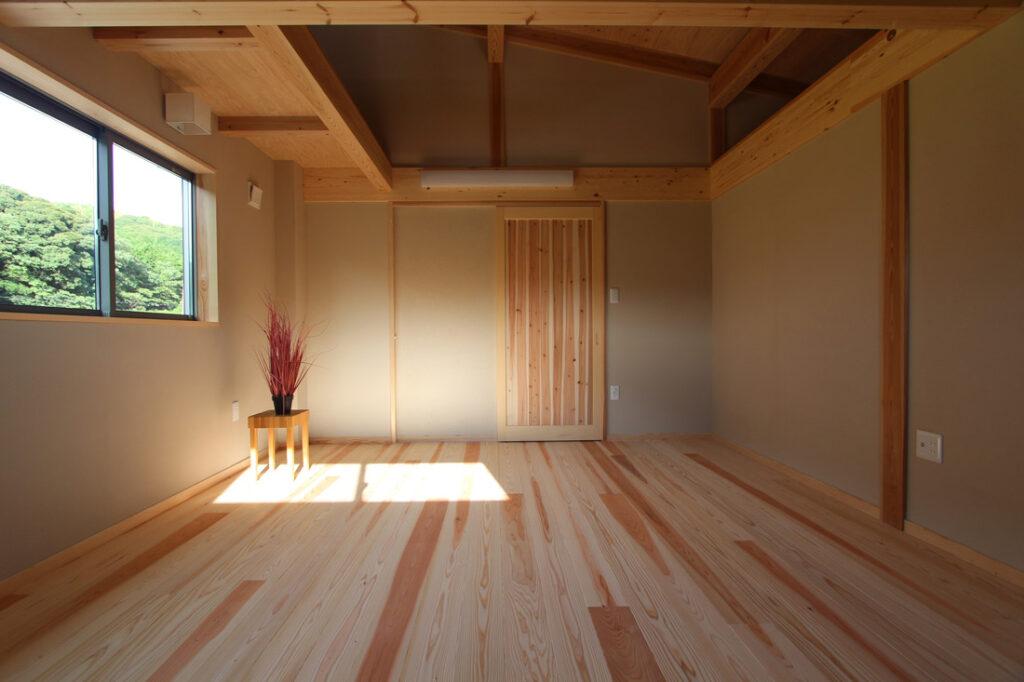 無垢の木と珪藻土の寝室