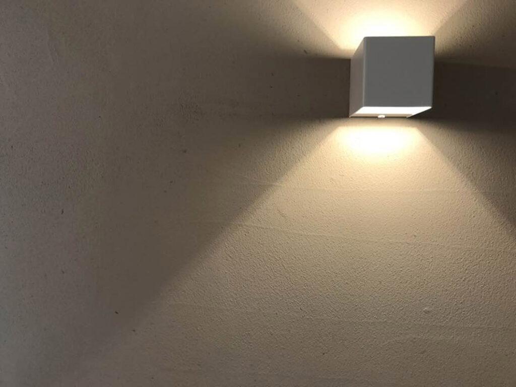 お茶薫る珪藻土の壁と照明