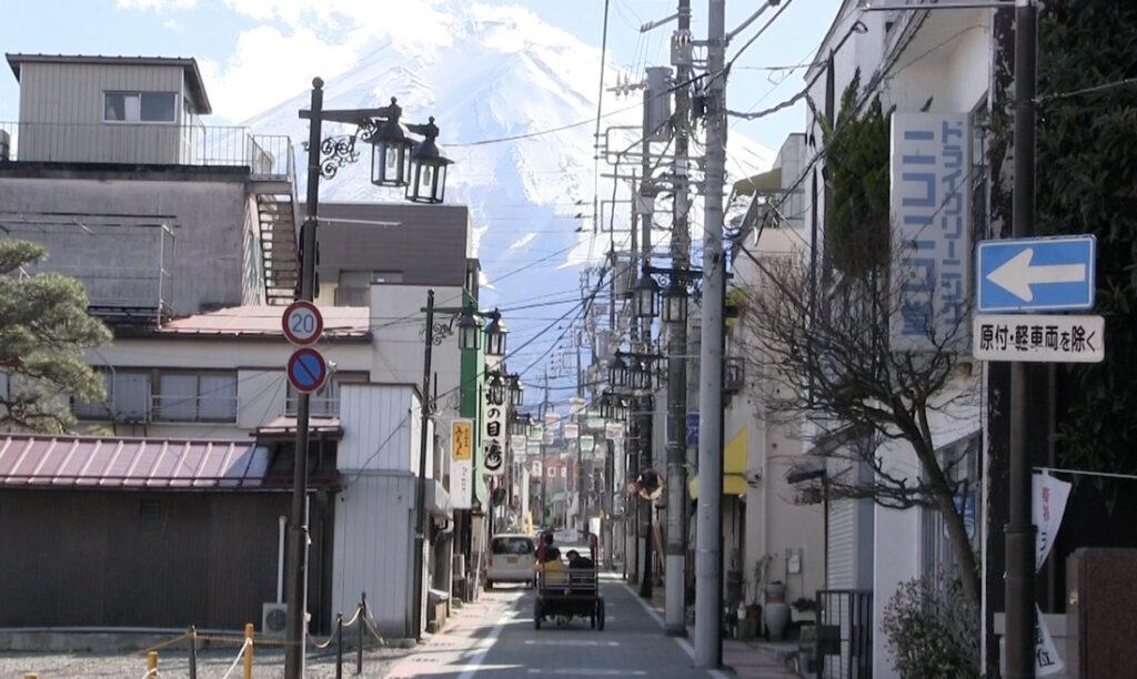 富士山と富士吉田町商店街