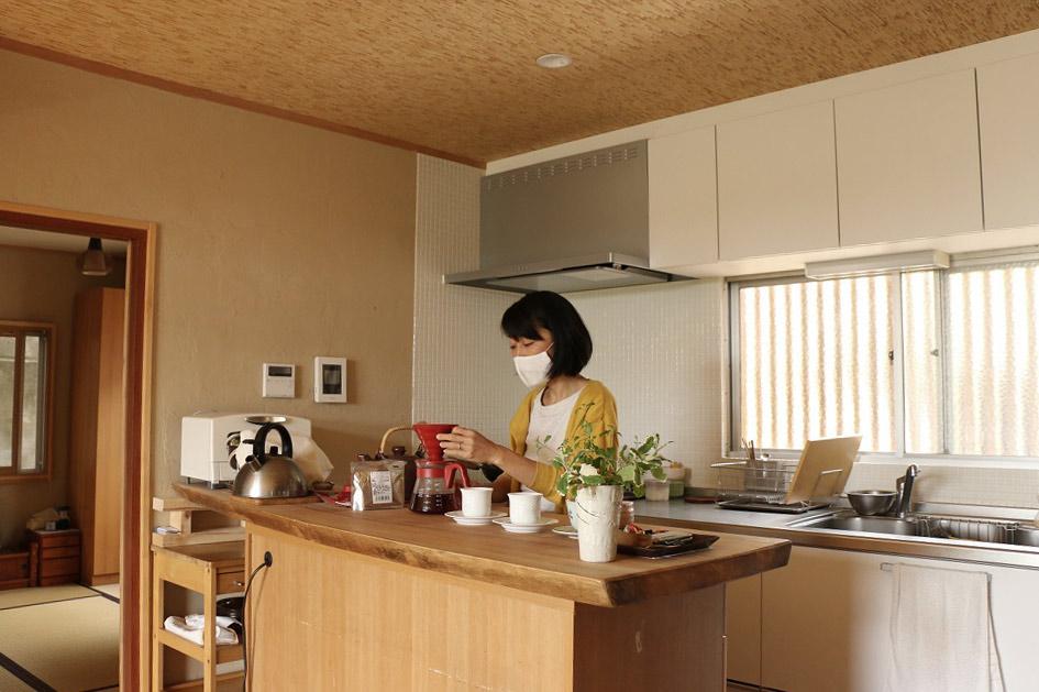 木のカウンターがあるキッチン