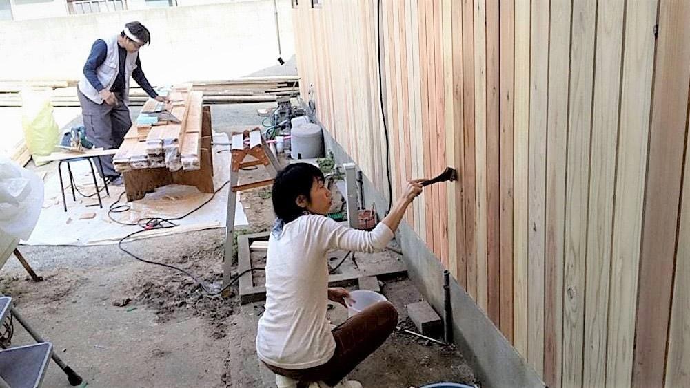 杉板の外壁塗りもDIYで