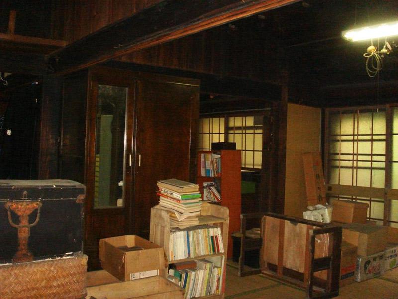 本や荷物が置かれた改修前の部屋