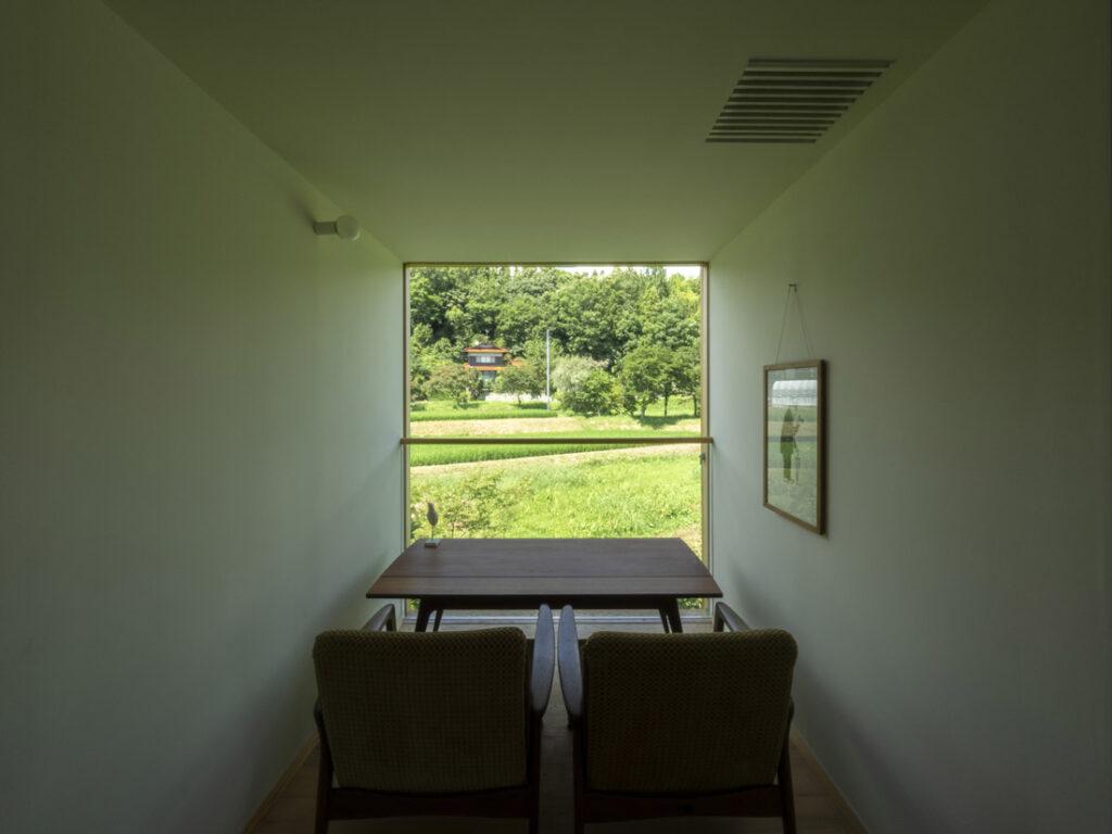小さな部屋の大きな窓
