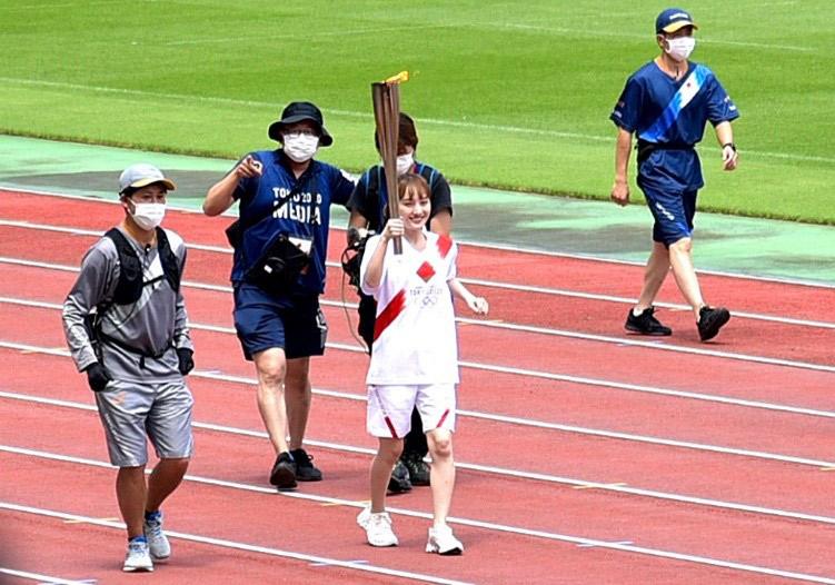 聖火リレーで走る百田夏菜子さん
